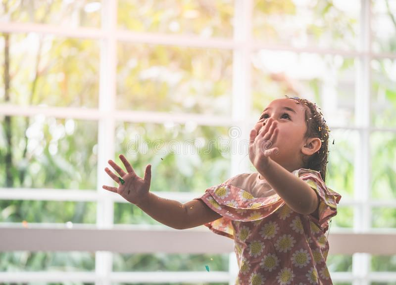 Un partito di carta di lancio della neonata asiatica immagine stock