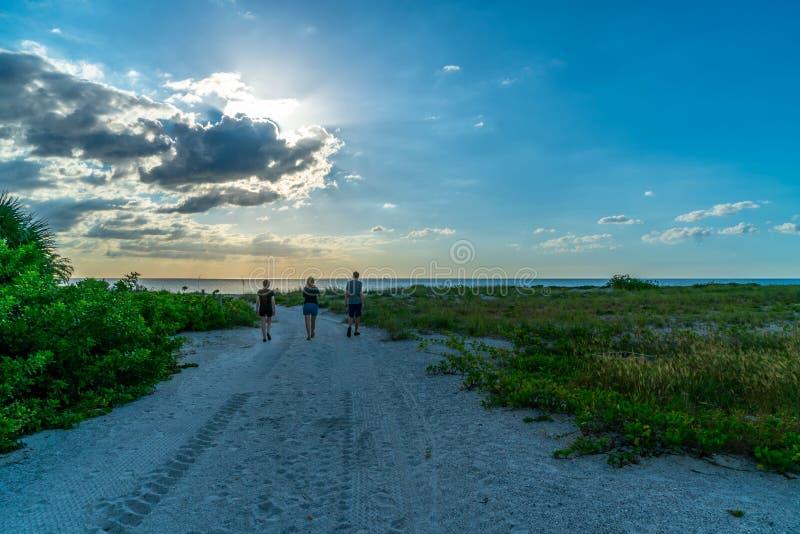 Un paseo de igualación en la playa imágenes de archivo libres de regalías
