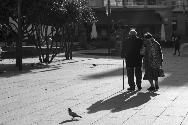 Un paseo mayor de los pares con uno de los cuadrados de la ciudad de Pontevedra Espa?a fotografía de archivo libre de regalías