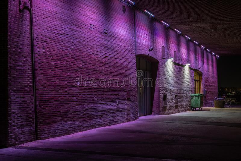 Un paso inferior iluminado violeta debajo de un puente de la carretera en Copenh imagenes de archivo
