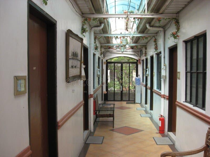 Un passage menant aux salles de louer dans la ville de Lipa, Philippines images libres de droits