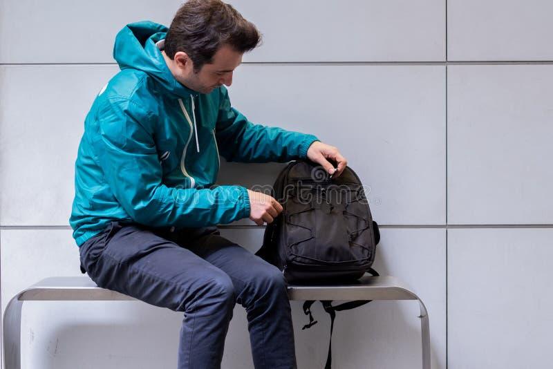 Un passager attendant à la station de métro photo libre de droits