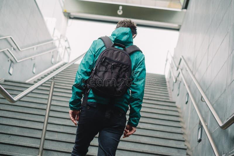Un passager marchant à la station de métro photo libre de droits