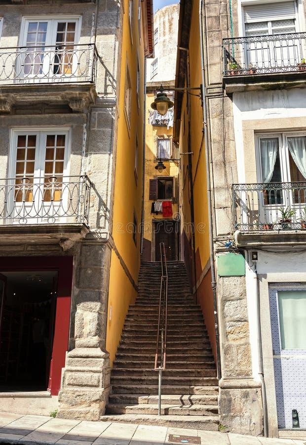 Un passaggio stretto con scale fra le case nella vecchia città del distretto di Oporto Ribeira, Portogallo fotografie stock libere da diritti