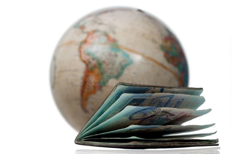 Un passeport bien utilisé et un globe image stock