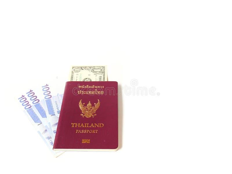 Un passeport de la Thaïlande et un isolat de billet de banque sur le fond blanc avec l'espace de copie, concept de déplacement photographie stock