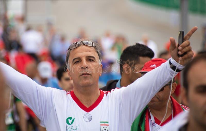 Un passioné du football de l'Iran dans la chemise blanche à la coupe du monde 2018 de la FIFA en Russie photographie stock