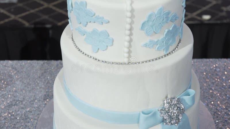 Un pastel de bodas blanco llano multi en una base de plata y flores rosadas en el top Pastel de bodas de Veautiful Torta de Dicor imagen de archivo