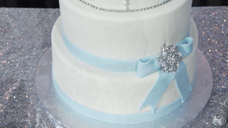Un pastel de bodas blanco llano multi en una base de plata y flores rosadas en el top Pastel de bodas de Veautiful Torta de Dicor fotos de archivo libres de regalías