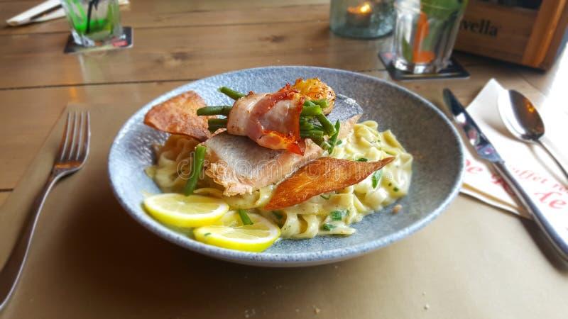 Un pasto adorabile con il salmone fotografie stock libere da diritti