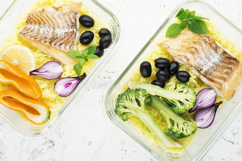 Un pasto sano per uno spuntino è una scatola di pranzo Contenitori di vetro con il pesce di mare fresco del vapore, riso con curc immagine stock libera da diritti