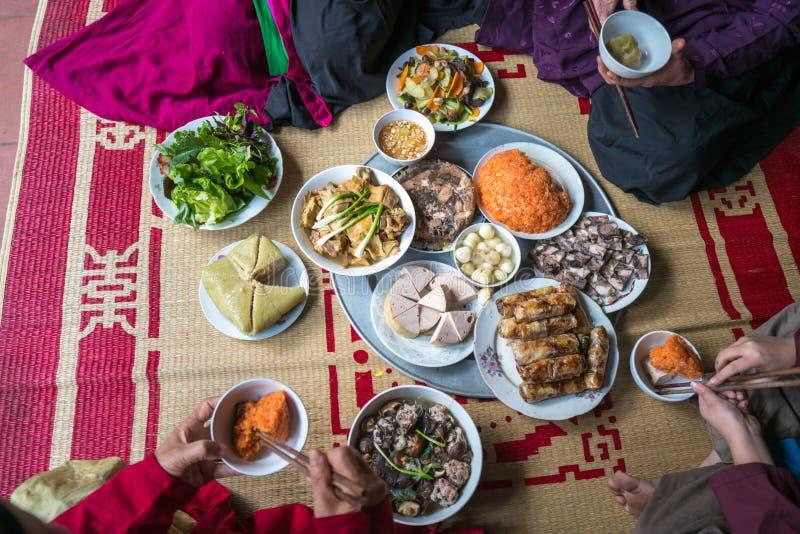 Un pasto vietnamita tradizionale per la festa lunare di Tet del nuovo anno in primavera, disposto sulla nuova stuoia fiorita del  immagine stock