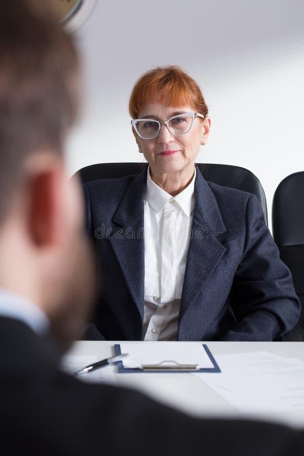 Un patron femelle plus ancien pendant l'entrevue avec le demandeur image stock