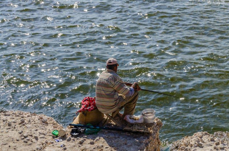 Un pauvre pêcheur essayant sa chance images libres de droits