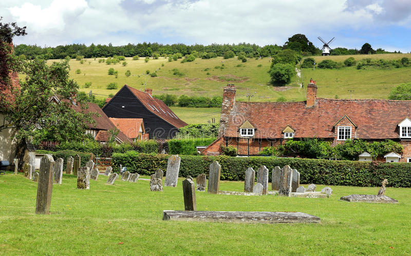 Un paysage anglais d'été avec un village dans la vallée photos stock