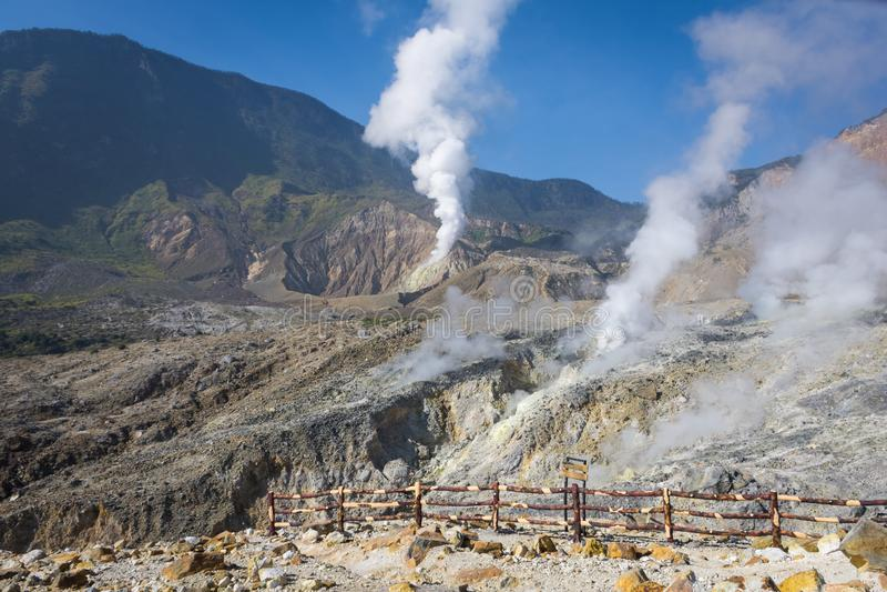 Un paysage de voie rocheuse sur le b?ti Papandayan que contestant pour le randonneur Le volcan le plus actif sur Garut Papandayan images stock