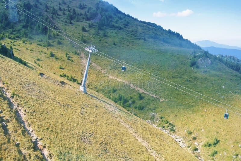 Un paysage des montagnes carpathiennes avec un alon mobile de voiture de carlingue photo stock