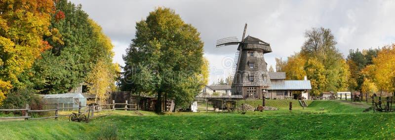 Un paysage lithuanien typique d'automne de village avec le moulin à vent photos libres de droits