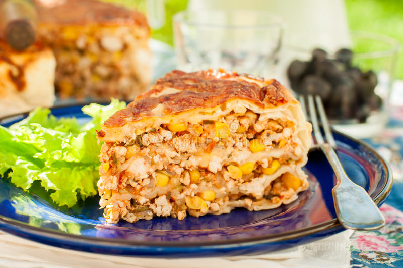Un pedazo de empanada mexicana de la tortilla del pollo y de maíz imagen de archivo