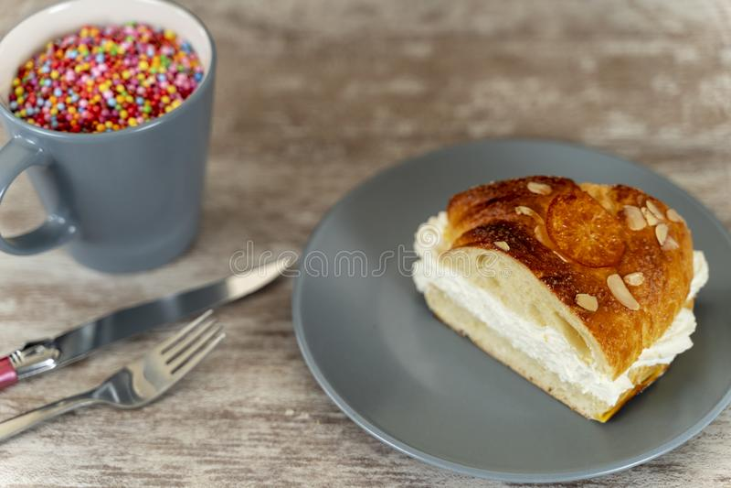 Un pedazo de la torta del rey hizo a mano en el horno, en una base de madera acogedora fotografía de archivo libre de regalías