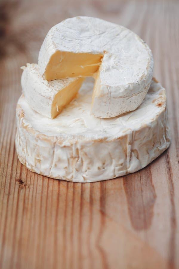 Un pedazo de queso del brie foto de archivo libre de regalías