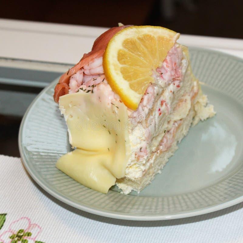 Un pedazo de torta del bocadillo con los salmones y el camarón imágenes de archivo libres de regalías