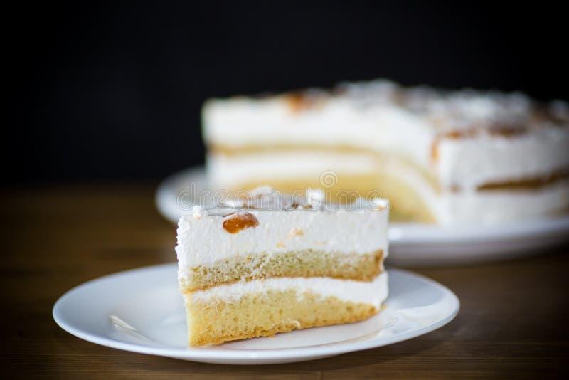 Un pedazo de torta dulce hecha en casa con crema y albaricoques conservados fotografía de archivo libre de regalías