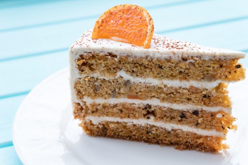 Un pedazo de torta de zanahoria deliciosa en una placa fotografía de archivo libre de regalías