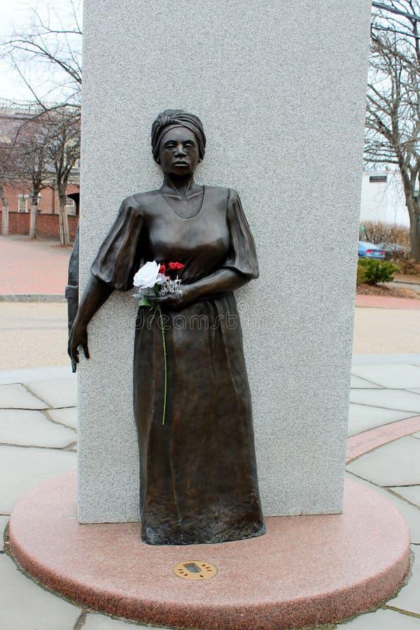 Un pedazo emocional de historia visto en estatua femenina en el monumento de tierra concreto, africano de entierro, Portsmouth, N imagenes de archivo