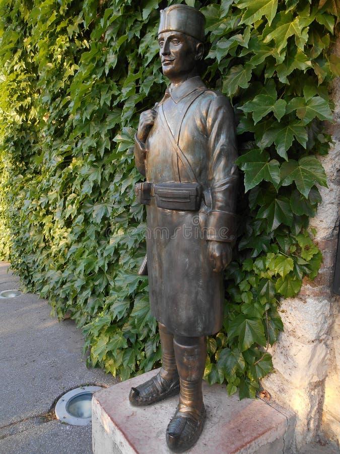 Un pedestal balcánico de la infantería, una estatua delante de la iglesia del ¾ AIC, Belgrado de RuÅ imagen de archivo