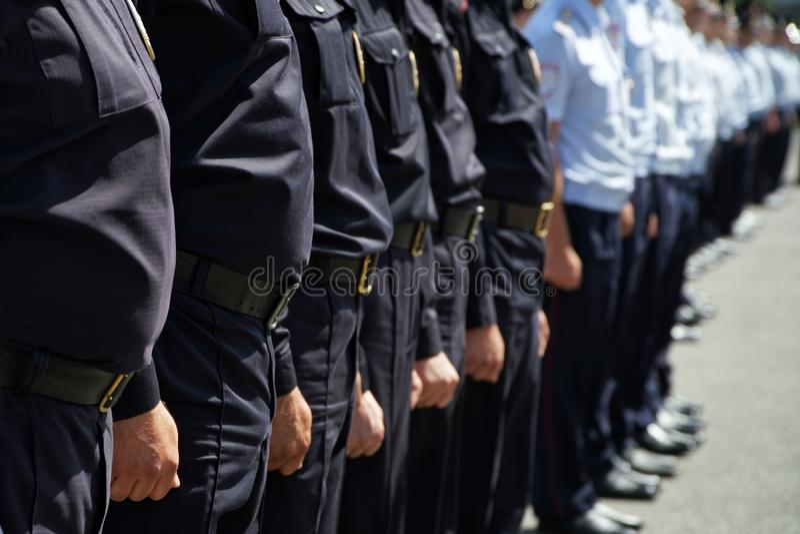 Un peloton des policiers russes se tient sur une rue ou une place de ville Problèmes des rassemblements d'opposition, détentions, images stock