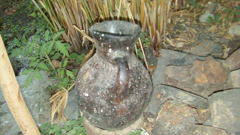 Un pequeño tarro usado para fermentar la cerveza etíope tradicional - ella de t ' fotos de archivo libres de regalías