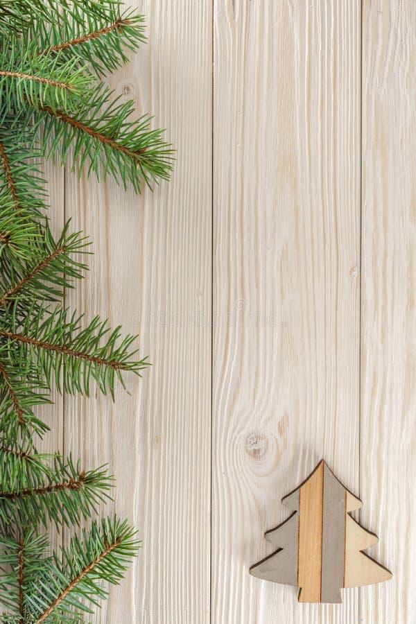 Un pequeño árbol de navidad en el fondo de madera blanco El marco de ramificaciones spruce fotografía de archivo libre de regalías