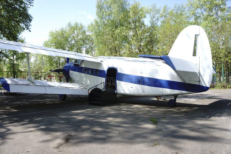 Un pequeño avión con un tornillo fotografía de archivo