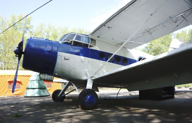 Un pequeño avión con un tornillo foto de archivo