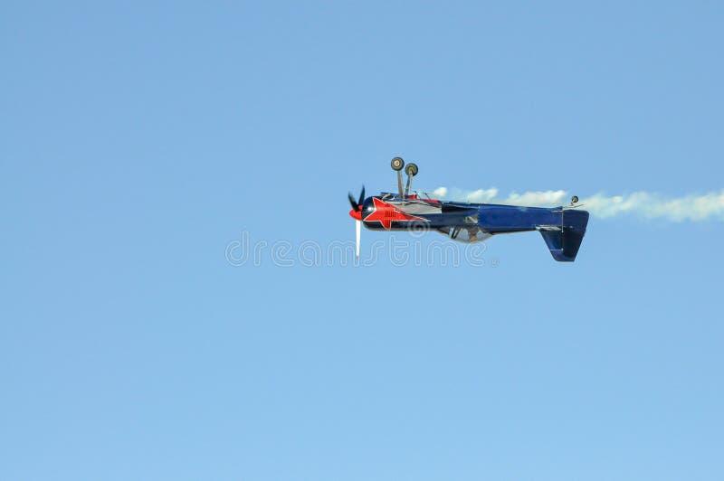 Un pequeño avión con un vuelo del propulsor al revés foto de archivo