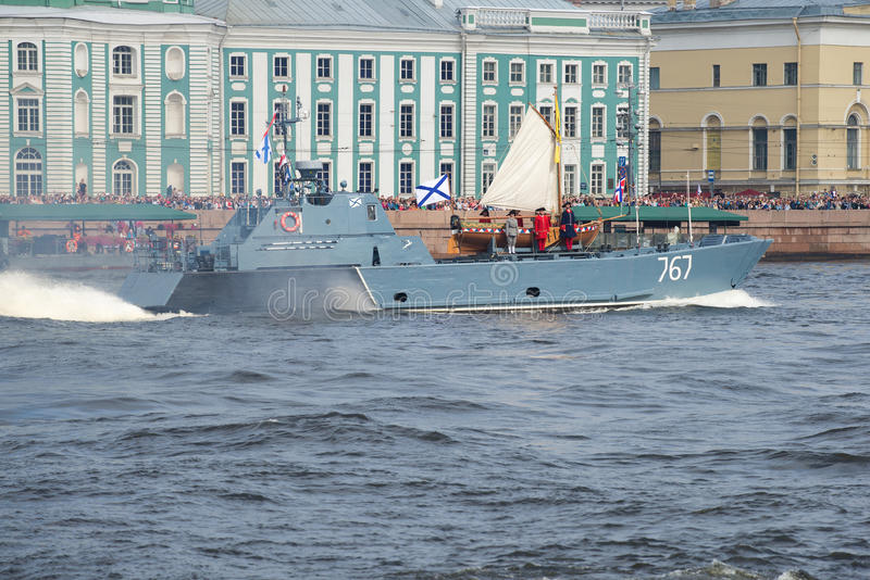 Un pequeño barco anfibio D-67 el proyecto de Serna es transportado por el barco de Peter el grande foto de archivo