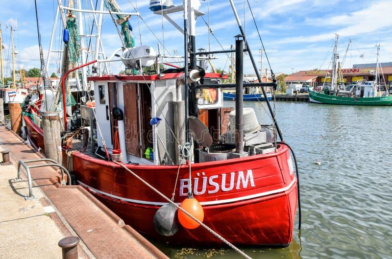 Un pequeño barco de pesca con el nombre BÜSUM se amarra en el puerto de Büsum en Frisia del norte en Alemania foto de archivo libre de regalías