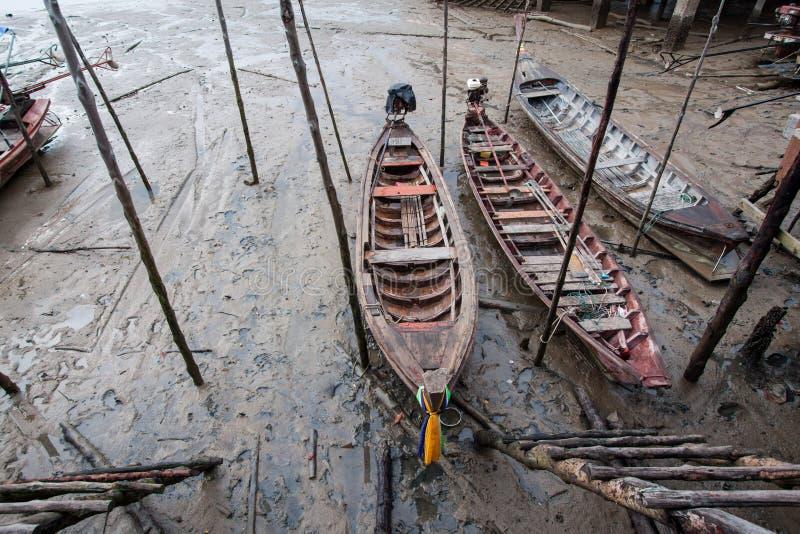 Un pequeño barco de pesca de madera es encallado ejecutado en foto de archivo