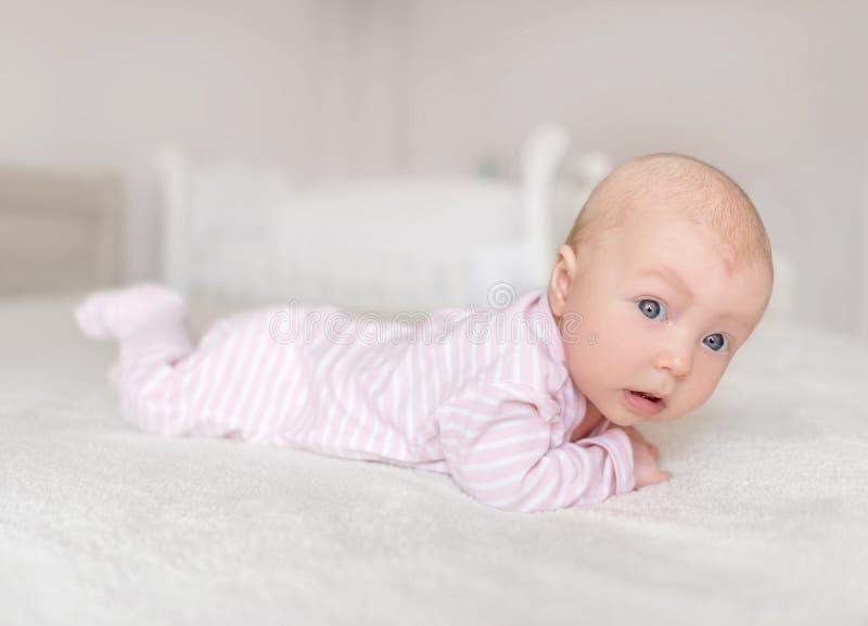 Un pequeño bebé en un buen humor fotos de archivo libres de regalías