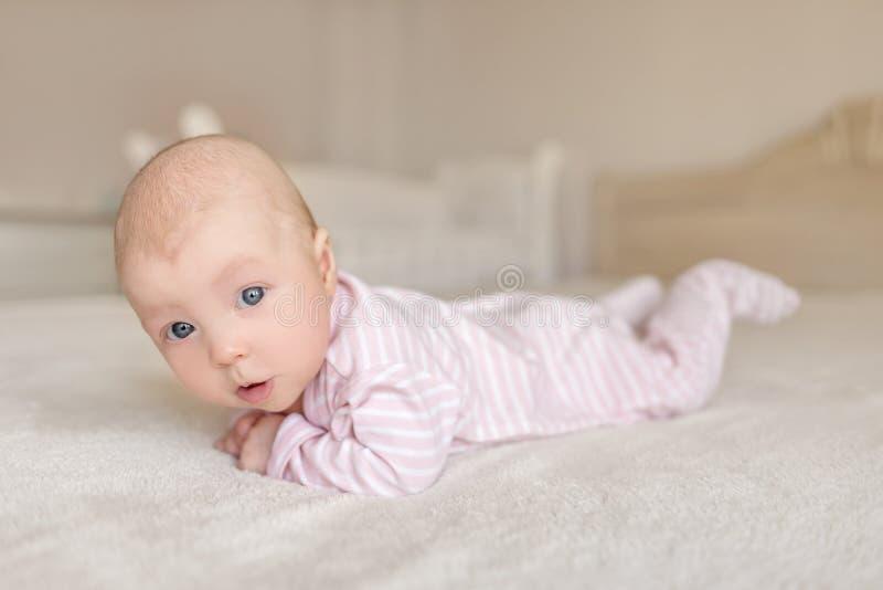Un pequeño bebé en un buen humor fotos de archivo