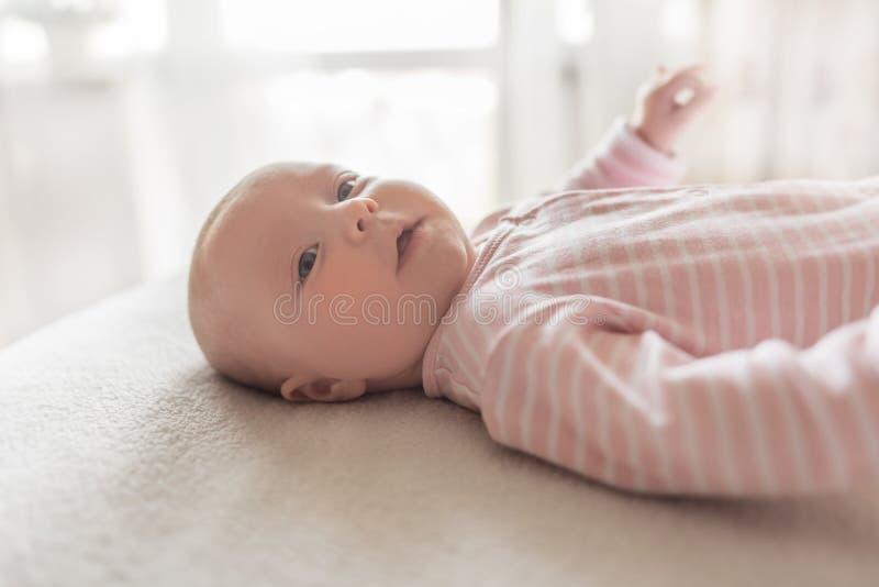 Un pequeño bebé en un buen humor imagen de archivo