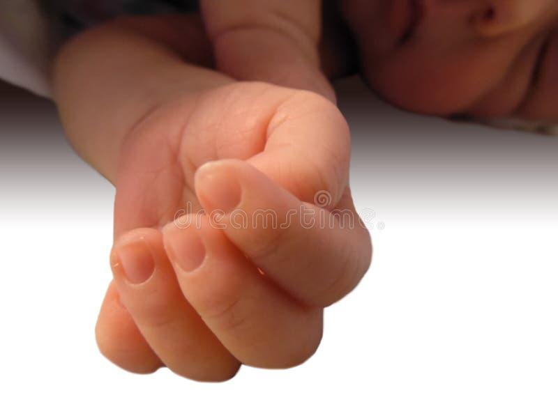 Un pequeño bebé recién nacido duerme dulce y propone su pluma linda imágenes de archivo libres de regalías