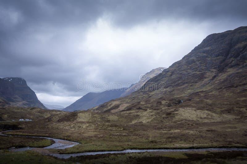 Un pequeño camino a través de las montañas de Glencoe en Escocia imagen de archivo libre de regalías