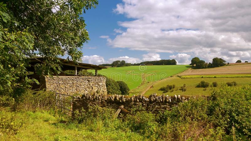 Un pequeño edificio agrícola en la piedra local de Cotswolds fotos de archivo