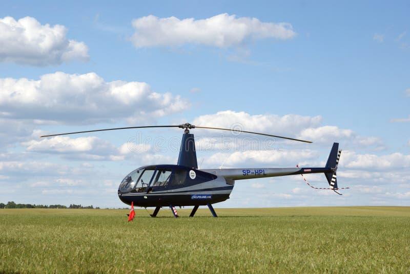 Un pequeño helicóptero moderno en un aeropuerto herboso fotos de archivo libres de regalías