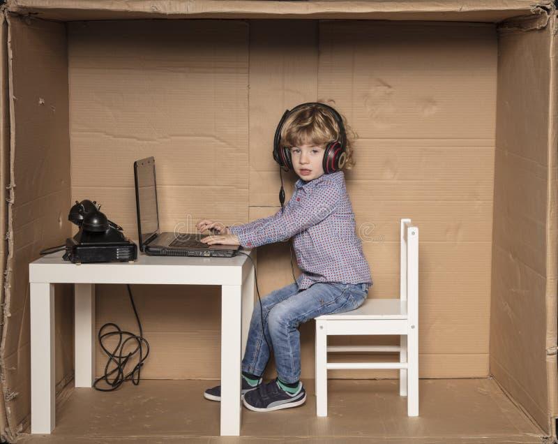 Un pequeño hombre de negocios juega a juegos en vez del trabajo foto de archivo libre de regalías