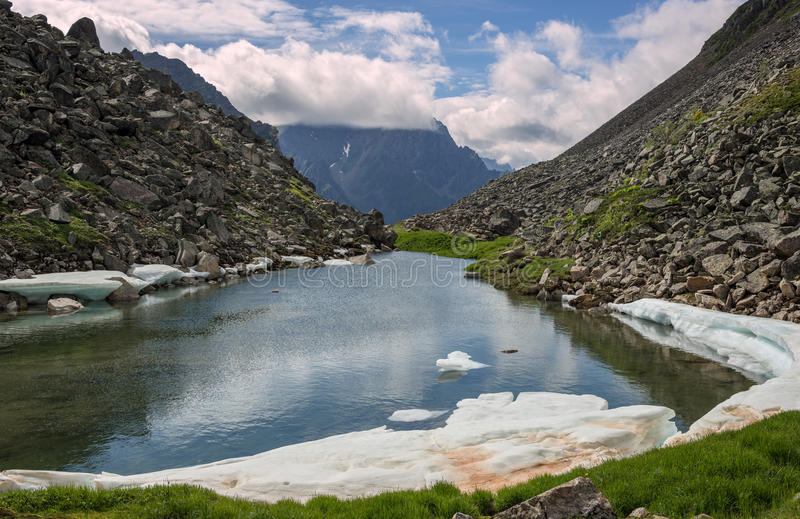 Un pequeño lago en las montañas imagenes de archivo