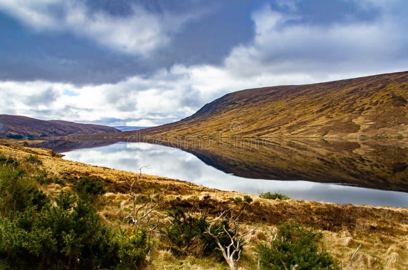 Un pequeño lago en Sutherland, Escocia en un día muy inmóvil imágenes de archivo libres de regalías