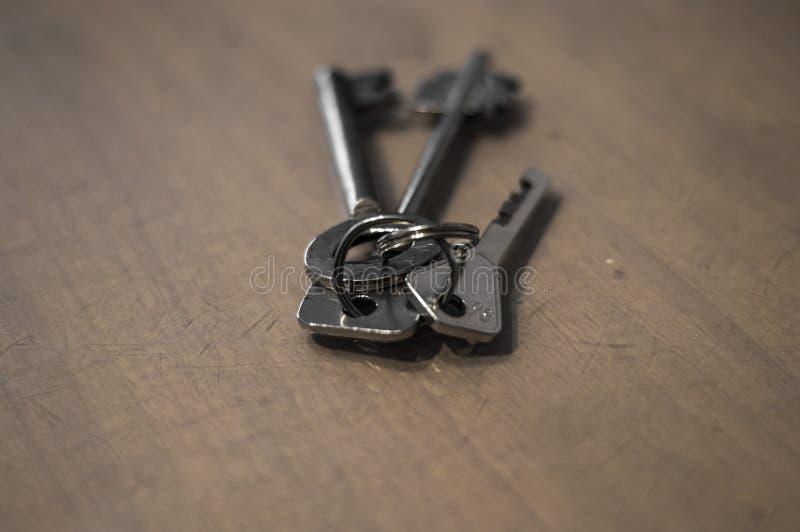 Un pequeño manojo de llaves en la tabla fotografía de archivo